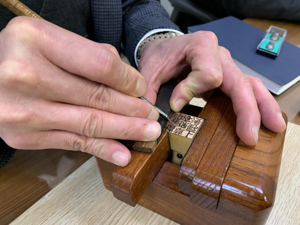 松島清光堂にて手彫りの様子